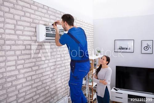Климатици Gree 1 - техник инсталира климатик